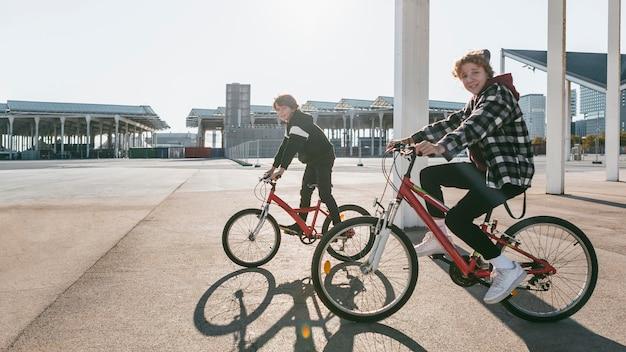 Chłopcy w parku jadący na rowerach