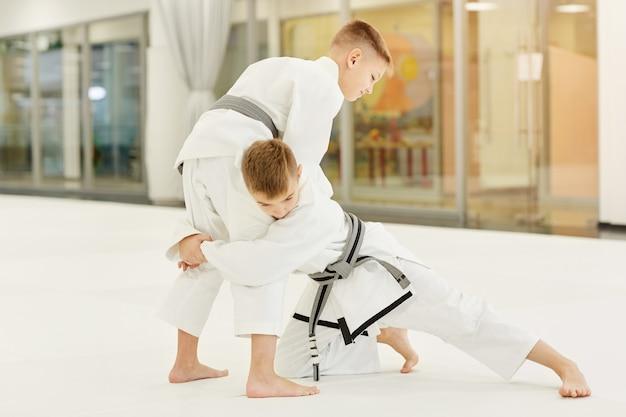 Chłopcy walczą podczas treningu w karate