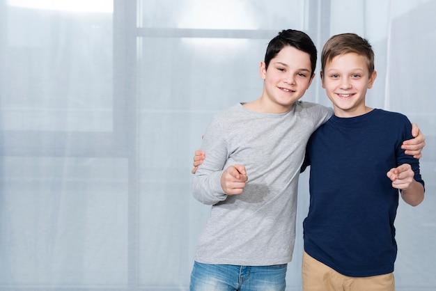 Chłopcy wskazujący miejsca kopiowania