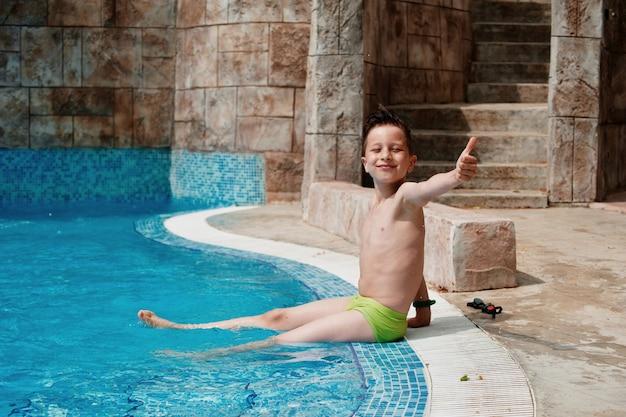 Chłopiec baw się dobrze w parku wodnym