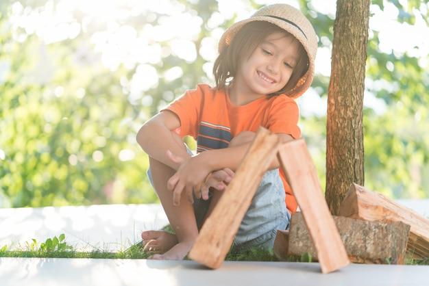Chłopiec bawi się drewnem