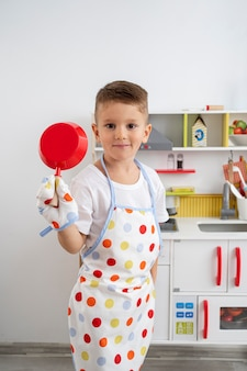 Chłopiec bawi się grą gotowania