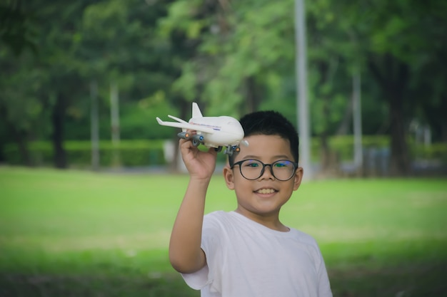 Chłopiec bawi się modelem samolotu