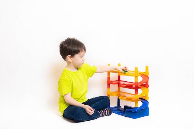 Chłopiec bawi się samochodami na parkingu