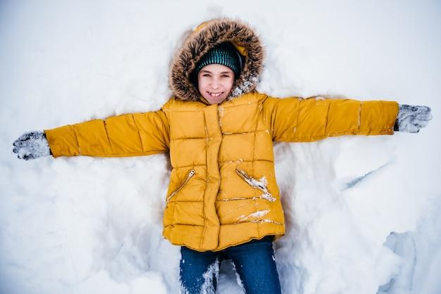 Chłopiec bawi się ze śniegiem