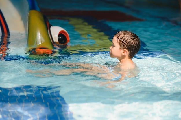 Chłopiec bawiący się w aquaparku