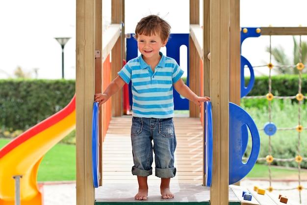Chłopiec bawiący się w parku