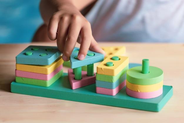 Chłopiec bawiący się zabawkami dla dzieci do nauki umiejętności