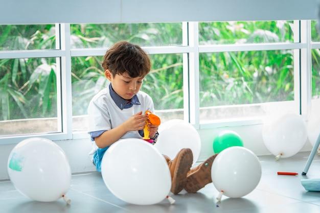 Chłopiec bawić się balony w przyjęciu urodzinowym