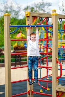 Chłopiec bawić się na boisku.