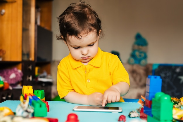 Chłopiec bawić się z smartphone