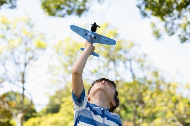 Chłopiec bawić się z zabawkarskim samolotem