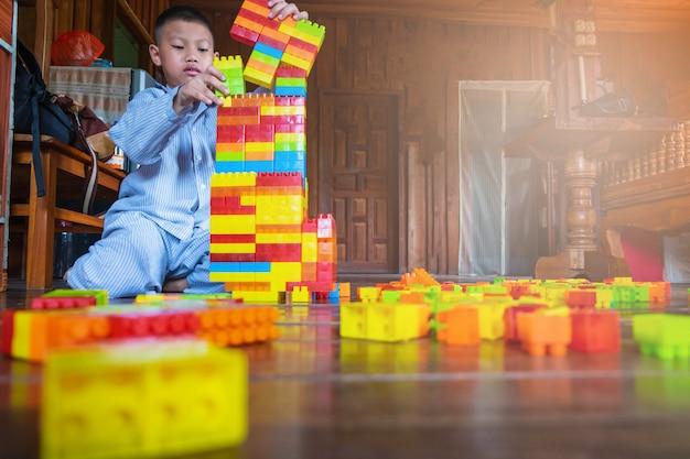 Chłopiec bawić się zabawkarską łamigłówkę