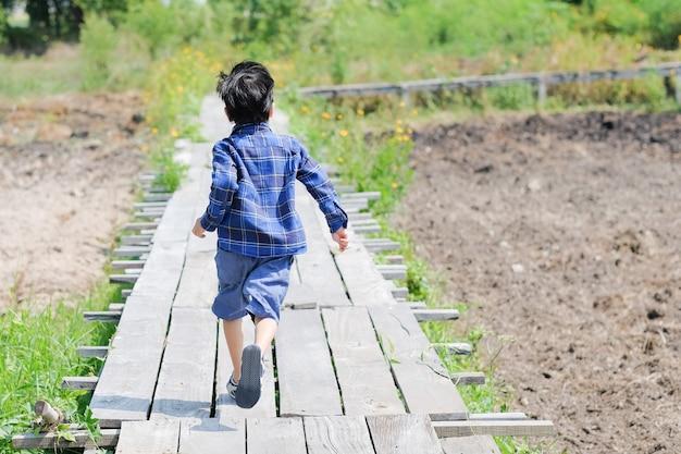 Chłopiec biegnie do przodu.