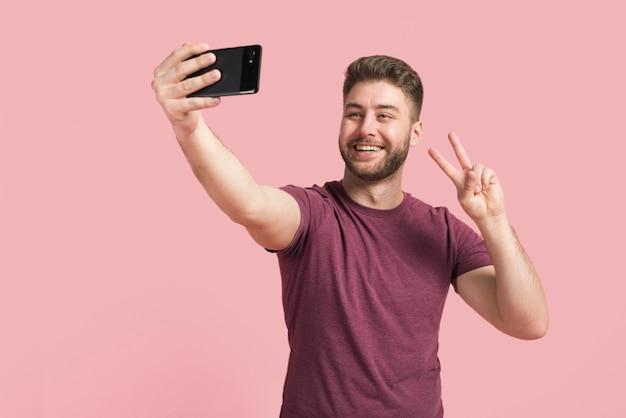 Chłopiec bierze selfie