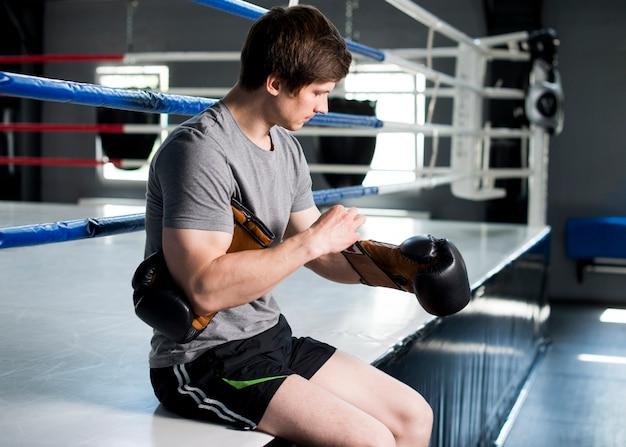Chłopiec bokser pozowanie na siłowni