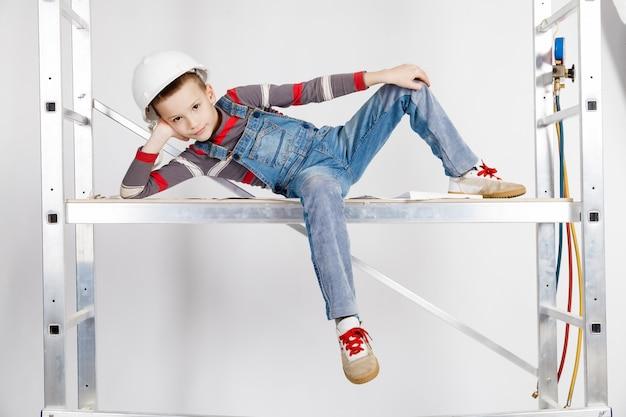 Chłopiec budowniczy w hełmie