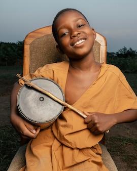 Chłopiec buźkę grając na bębnie