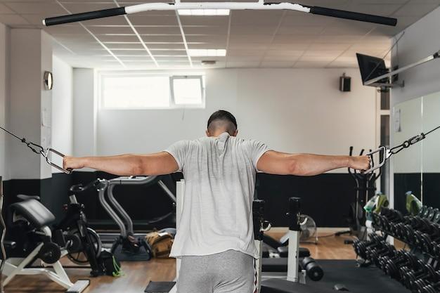 Chłopiec ćwiczenia na siłowni. zdrowe nawyki