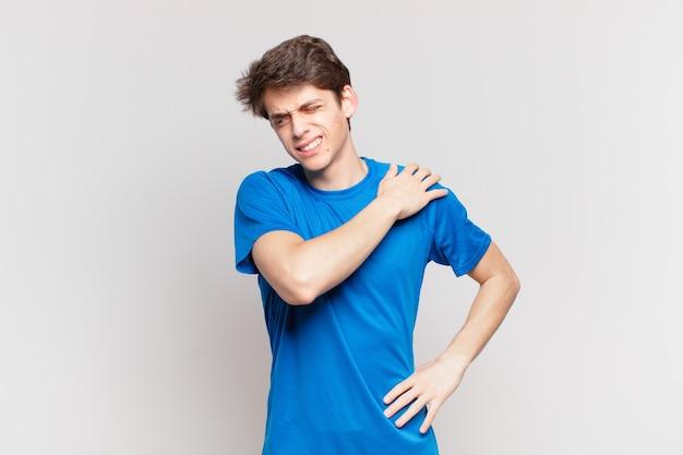 Chłopiec czuje się zmęczony, zestresowany, niespokojny, sfrustrowany i przygnębiony, cierpi na bóle pleców lub karku