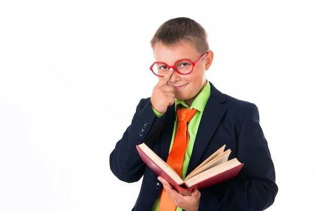 Chłopiec czytający książkę spragniony wiedzy na białym tle