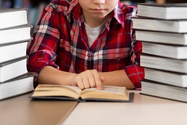 Chłopiec czytanie z bliska