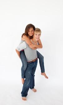 Chłopiec daje jego dziewczynie piggyback przejażdżkę