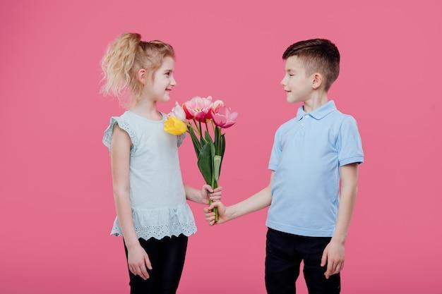 Chłopiec daje kwiaty dziewczynie
