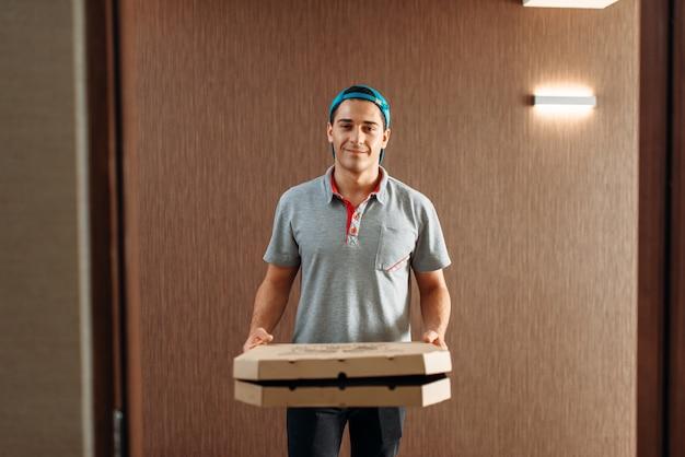 Chłopiec dostarczający pizzę, dostarczający usługi
