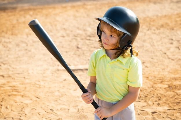 Chłopiec dzieciak pozuje z kijem bejsbolowym, portret dziecka grającego w baseball