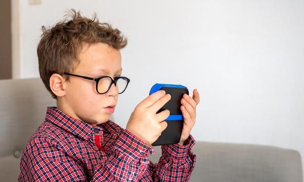 Chłopiec dziecko grając w gry wideo