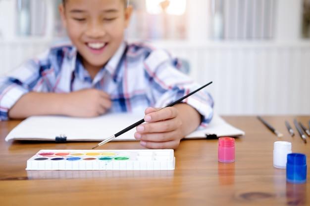 Chłopiec dziecko rysunek obraz w domu.