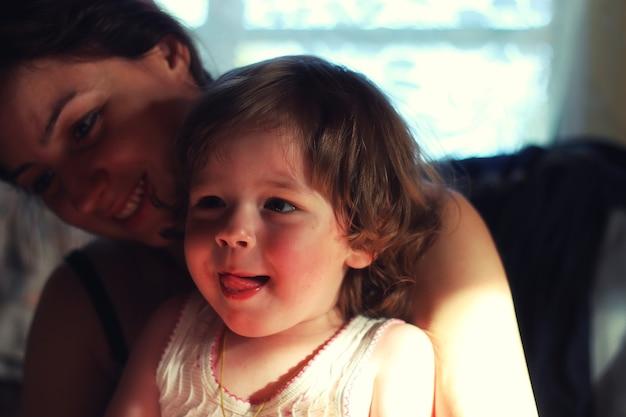 Chłopiec dziecko siedzi na rękach matki