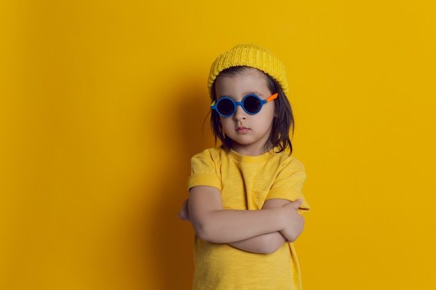 Chłopiec dziecko w kapeluszu i okrągłe okulary przeciwsłoneczne