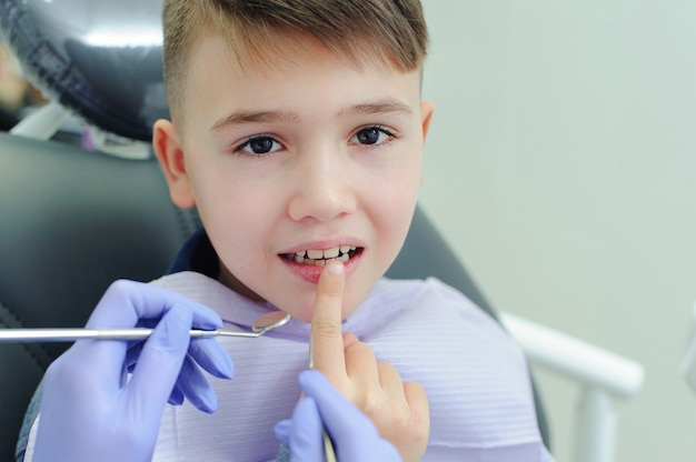 Chłopiec dziecko z dentystą w gabinecie stomatologicznym