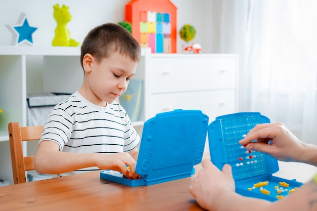 Chłopiec dziecko z tata bawić się okręty wojennych i okręty podwodne