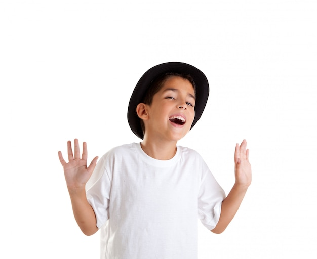 Chłopiec gest z czarny kapelusz na białym tle