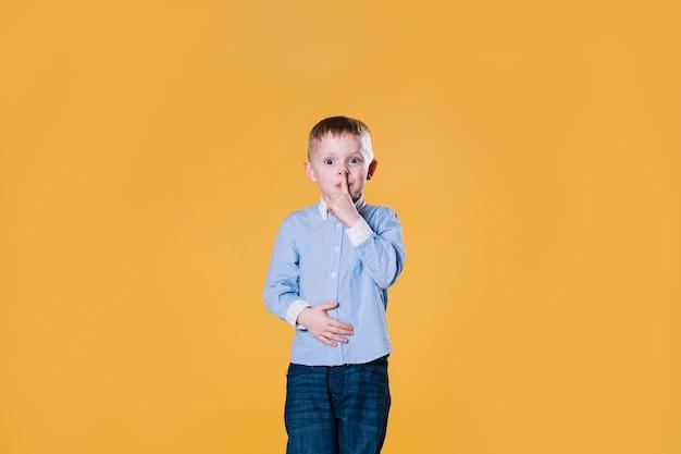 Chłopiec gestykuluje ciszę