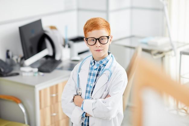 Chłopiec gra lekarz w klinice