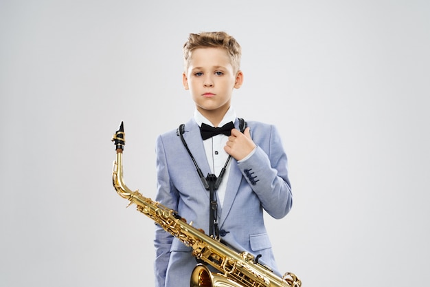 Chłopiec gra na saksofonie