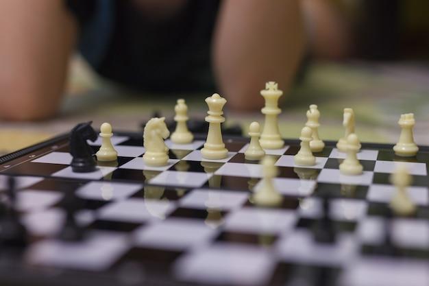 Chłopiec gra w szachy. bez twarzy