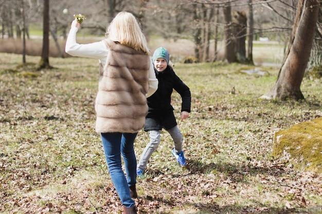 Chłopiec gra z matką w parku