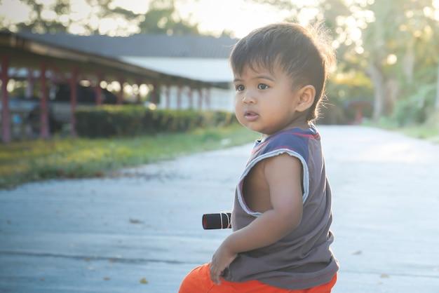 Chłopiec grający na rowerze za pomocą zaoranej nogi jest rowerem