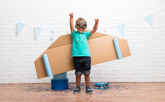Chłopiec grający w lotnika