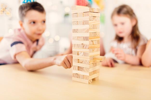 Chłopiec i dziewczyna bawić się drewnianą grę