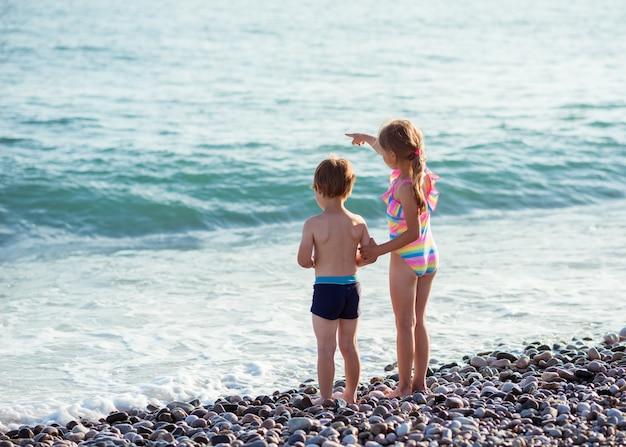 Chłopiec i dziewczynka dzieci na oceanie.