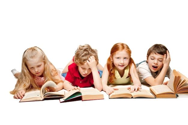 Chłopiec i dziewczynka dzieci r. z książkami w studio, uśmiechając się, śmiejąc się, na białym tle. dzień książki, edukacji, szkoły, dziecka, wiedzy, dzieciństwa, przyjaźni, nauki i koncepcji dzieci