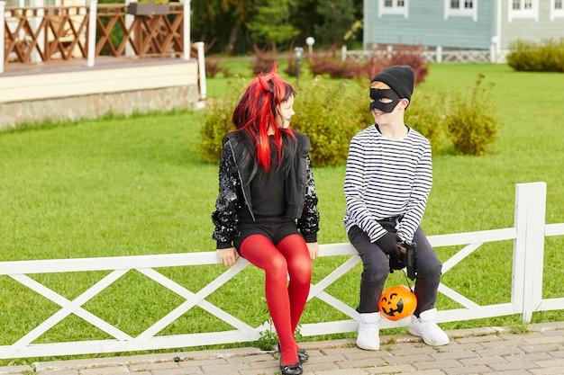 Chłopiec i dziewczynka na halloween