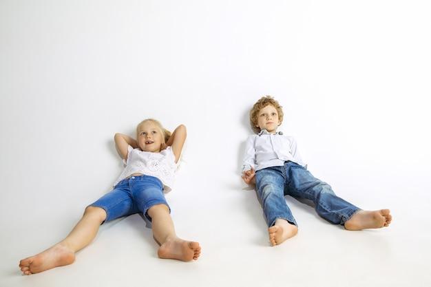 Chłopiec i dziewczynka, najlepsi przyjaciele lub brat i siostra dobrze się bawią