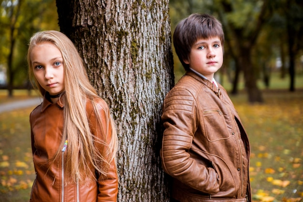 Chłopiec i dziewczynka nastolatków w parku jesień